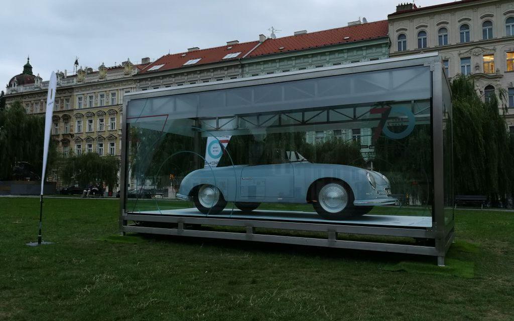70 let automobilky Porsche s vystaveným unikátem v Praze